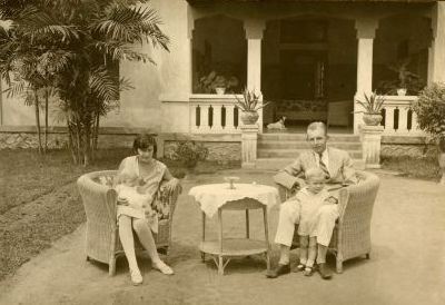 Simon Mari Pruys met zijn ouders in Indie