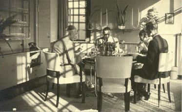 De eetkamer in oorlogstijd met Panderstoelen