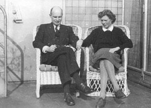 Verlovingsfoto van F.M. van Alphen en C.M. Hummel, op het terras voor de wintertuin