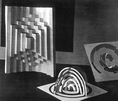 Materiaaloefeningen in papier (Walter Tralau en Arieh Sharon), Bauhaus 1928 (foto: Erich Consemueller).
