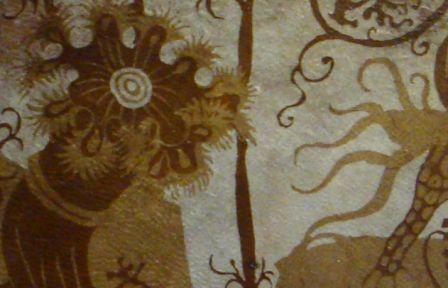 Detail van gebatikte wandbespanning op perkament met polyp (foto: M. Groot).