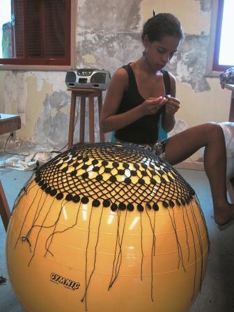 Tord Boontje, Kralenkroonluchter gemaakt in de favela Arctenica.