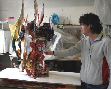 Maarten van Kalsbeek bij een van zijn objecten (foto: C. Reinewald).