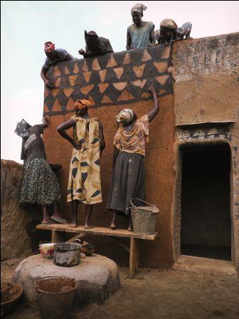 De vrouw en haar huis in Afrika.