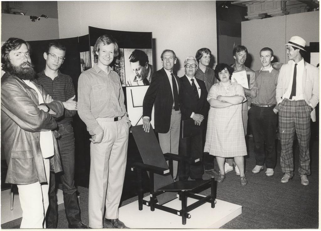 Design from the Netherlands in Stuttgart met vlnr Ch. Bergmans, L. Kemming, B. Ninaber van Eyben, de museumdirecteur, cultureel attache van de ambassade, E. Rodrigo, N. Sponhoff, G. Bakker, J. van den Broek en T. Haas.