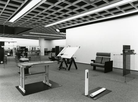 Ontwerpen voor de industrie, met bermpalen Gemini Design, een Intercity-rijtuig, werkbank Gezel en de tekentafel plus stoel van Paolo Parigi.