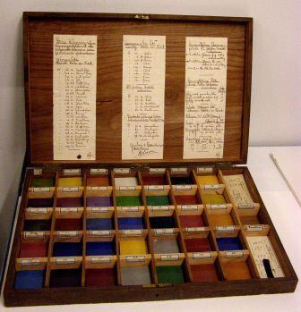 kist met emaille kleurmonsters van Colenbrander, coll. Museum Boymans Van Beuningen.