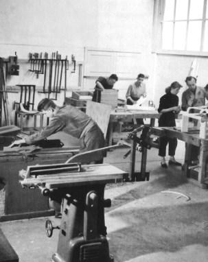 Van Sliedregt (in stofjas rechts) op de AKI, circa 1954.