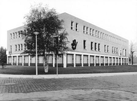 Raadhuis in Losser, 1963-70 met een relief van Gabrielle Mulder.